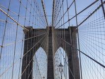 Pont de Brooklyn de croisement un jour ensoleillé, NYC 1 Photos stock