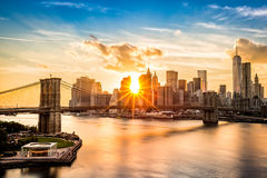 Pont de Brooklyn et l'horizon de Lower Manhattan au coucher du soleil Images stock