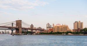 Pont de Brooklyn et le bâtiment de tour de guet Image stock