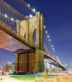 Pont de Brooklyn la nuit, New York City, Etats-Unis photos stock