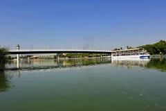 Pont de Cartuja au-dessus de la rivière du Guadalquivir, Séville, Andalousie, Espagne photographie stock
