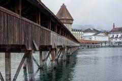 Pont de chapelle de Kapellbrucke avec la tour d'eau en luzerne, Switzerl Images stock
