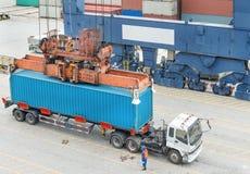 Pont de chargement fonctionnant de grue de bateau de fret de cargaison dans le chantier naval Image stock