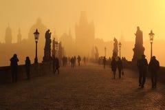 Pont de Charles à Prague dans le lever de soleil Image libre de droits