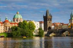 Pont de Charles au-dessus de rivière Vltava Image stock