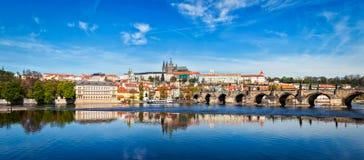 Pont de Charles au-dessus de la rivière et du château a de Vltava de Gradchany Prague Images stock