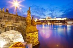 Pont de Charles, rivière de Moldau, peu de ville, château de Prague, Prague Photo stock