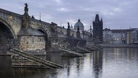 Pont de Charles vu de la façade d'une rivière de Vltava photographie stock libre de droits