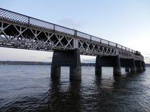 Pont de chemin de fer à travers la rivière Image stock