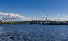 Pont de chemin de fer à travers la rivière sur laquelle le train voyage photos libres de droits
