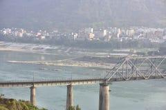 Pont de chemin de fer à travers le fleuve Yangtze et la petite ville du paysage Image libre de droits