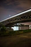 Pont de chemin de fer à Varsovie, Pologne par nuit Images stock