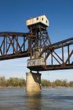 Pont de chemin de fer abandonné au-dessus d'une rivière Photo libre de droits