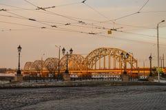 Pont de chemin de fer au-dessus de la rivière de dvina occidentale à Riga le début de la matinée, Photographie stock libre de droits