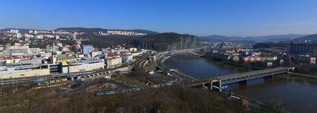Pont de chemin de fer au-dessus de rivière et de centre de ville Image stock