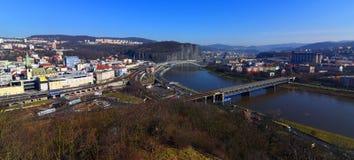 Pont de chemin de fer au-dessus de rivière et de centre de ville Photographie stock libre de droits