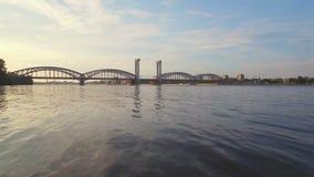 Pont de chemin de fer de la Finlande à travers Neva River banque de vidéos