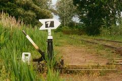 Pont de chemin de fer manuel de flèche de chemin de transfert au-dessus de la rivière envahie été Photo stock