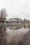 Pont de chemin de fer se reflétant dans l'eau photos libres de droits