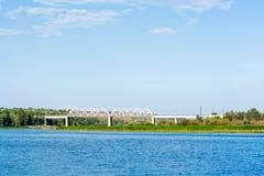 Pont de chemin de fer à travers la rivière Sok dans le village Image stock