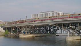 Pont de chemin de fer au-dessus de l'eau à Berlin banque de vidéos