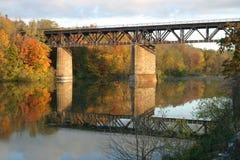 Pont de chemin de fer la rivière grande, Paris, Canada dans la chute Image stock