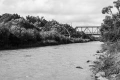 Pont de chemin de fer sur la rivi?re images libres de droits