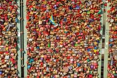 Pont de Cologne beaucoup de serrures, plan rapproché image stock