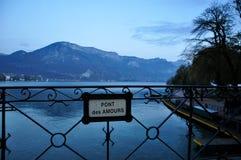 Pont de connexion Annecy, France d'intrigues amoureuses de DES de pont d'amour Images libres de droits