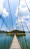 Pont de corde à l'île et au ciel photographie stock libre de droits