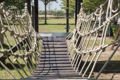 Pont de corde dans le terrain de jeu Photo stock