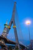Pont de corde de la Thaïlande Rama 8 avec le ciel bleu Image libre de droits