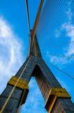 Pont de corde de la Thaïlande Rama 8 avec le ciel bleu Photo libre de droits