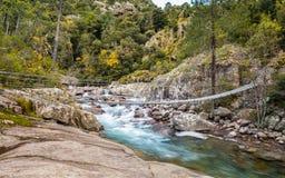Pont de corde en acier à travers la La Figarella chez Bonifatu en Corse Photos stock