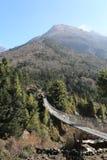 Pont de corde et drapeau de bouddhisme du Népal Photos libres de droits
