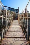Pont de corde fait de planches en bois Images stock