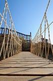 Pont de corde fait de planches en bois Photos stock