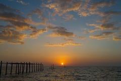 Pont de coucher du soleil de mer vieux Image stock