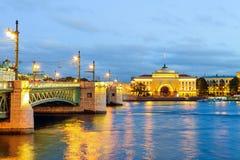 Pont de Dvortsovy et l'Amirauté Images libres de droits