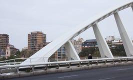 Pont de λ ` Exposicià ³, η γέφυρα για πεζούς πέρα από Alameda το σταθμό, στο θόριο Στοκ Εικόνες