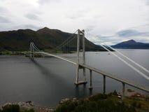 Pont de Gjemnessundbrua en Norvège, vue aérienne Photographie stock