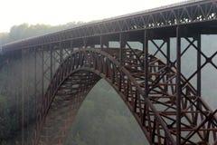 Pont de gorge de nouvelle rivière dans un brouillard de matin image stock