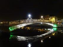 Pont de HaÂ'penny à Dublin la nuit, Irlande Photos stock