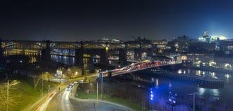 Pont de haut niveau la nuit Image stock