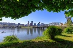 Pont de Hawthorne sur la rivière de Willamette images libres de droits