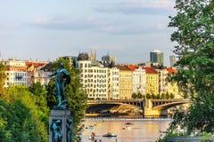 Pont de Jiraskuv au-dessus de la rivière de Vltava, Prague, République Tchèque photographie stock libre de droits