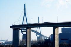 Pont de Koehlbrand au-dessus du point de repère d'Elbe de rivière à Hambourg Germa Photos stock