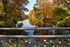 Pont de l'amour dans la perspective de l'étang, balustrade avec des cadenas dans des couples d'amour Photo stock