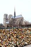 Pont de λ Archeveche με τα λουκέτα αγάπης στο Παρίσι Στοκ Φωτογραφίες
