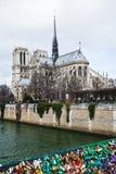 Notre-Dame et cadenas d'amour à Paris Photo stock